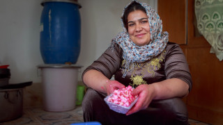 Shiwan Ahmed Rasool, an IDP from Makhmour, Iraq makes popcorn to sell on the street at her home in Daratu