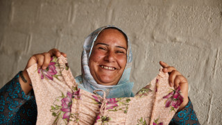 Aidan O'Neill Iraq 2019 - Woman showing a tshirt
